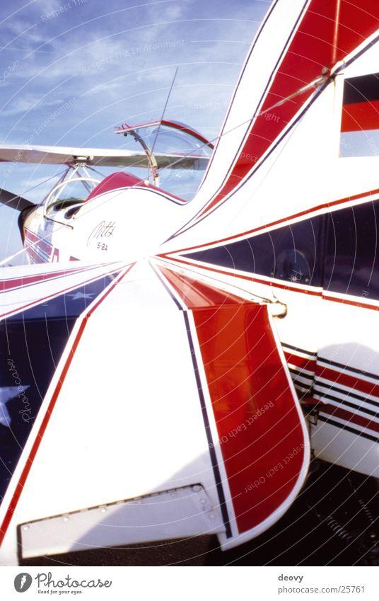 pitts Flugzeug Luft Kunstflug rot Mitte Freizeit & Hobby Flügel fliegen Luftverkehr Motorflug blau Himmel