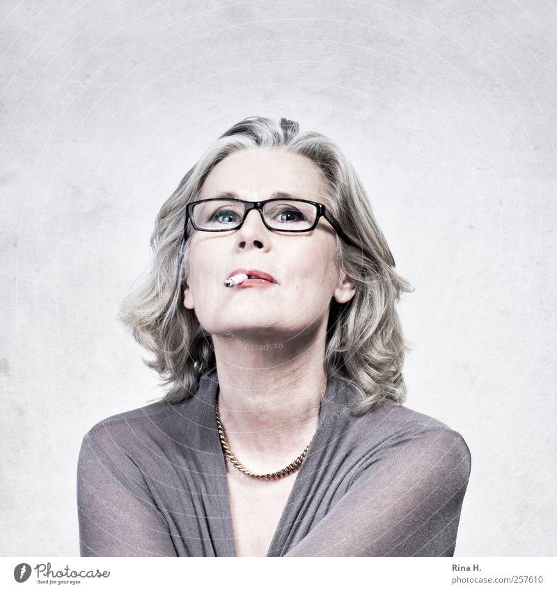Die guten Vorsätze für 2012 Mensch Frau Erholung Erwachsene feminin Haare & Frisuren hell 45-60 Jahre Brille Rauchen Schmuck Zigarette Halskette Willensstärke Sucht Entschlossenheit