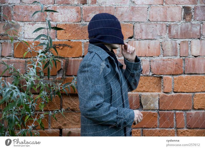 Immer schön den Durchblick behalten Lifestyle elegant Stil Erholung Mensch Umwelt Natur Mauer Wand Mode Mantel Mütze Beginn ästhetisch Beratung entdecken