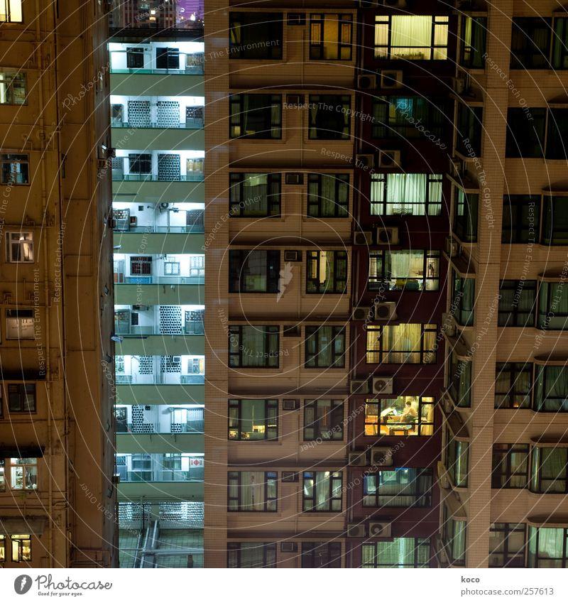 Einblicke Häusliches Leben Haus Wohnhochhaus Klimaanlage Stadt Stadtzentrum Hochhaus Mauer Wand Fassade Fenster Beton Glas Metall leuchten eckig trashig trist