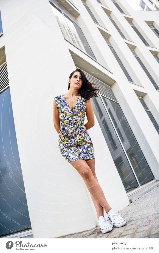 Schöne junge Frau steht neben einem modernen Gebäude. Lifestyle Stil schön Haare & Frisuren Sommer Mensch feminin Junge Frau Jugendliche Erwachsene 1