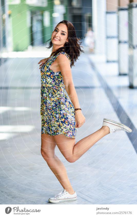 Schöne glückliche junge Frau mit blauen Augen lächelnd im Freien Lifestyle Stil Glück schön Haare & Frisuren Sommer Mensch feminin Junge Frau Jugendliche