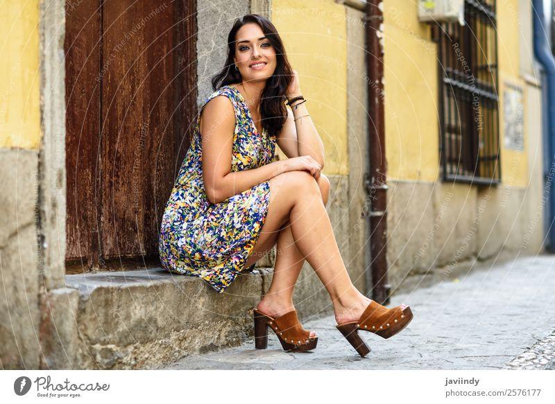 Junge Frau mit blauen Augen lächelnd auf einer städtischen Stufe sitzend. Lifestyle Stil Glück schön Haare & Frisuren Sommer Mensch feminin Jugendliche