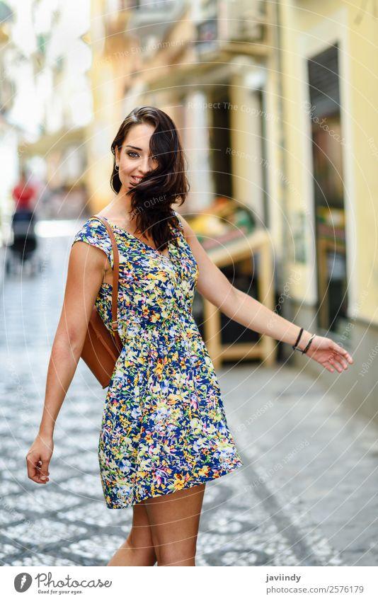 Glückliche junge Frau mit blauen Augen, die im Freien lächeln. Lifestyle Stil schön Haare & Frisuren Sommer Mensch feminin Junge Frau Jugendliche Erwachsene 1