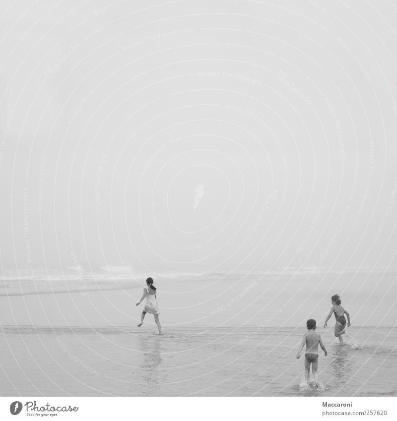 Leichtigkeit Ferien & Urlaub & Reisen Strand Meer Mädchen Junge Geschwister 3 Mensch 3-8 Jahre Kind Kindheit 8-13 Jahre Umwelt Wasser schlechtes Wetter Unwetter