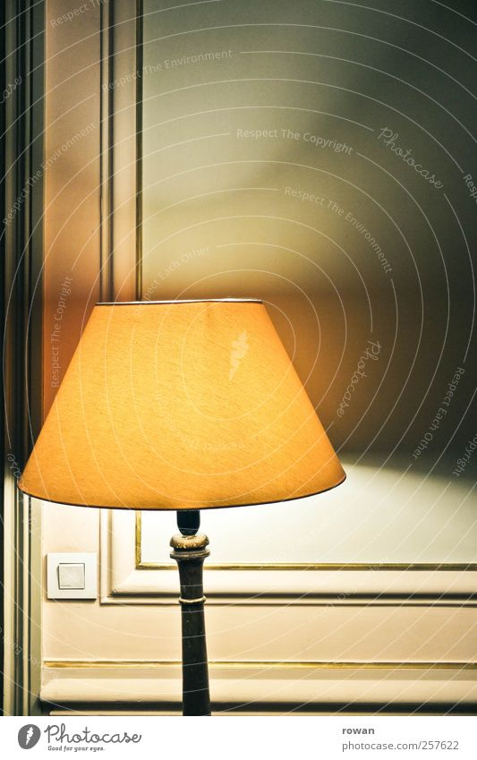mood lighting Häusliches Leben Wohnung einrichten Innenarchitektur Dekoration & Verzierung Möbel Lampe alt elegant retro Wärme Schalter Stuck gelb braun antik