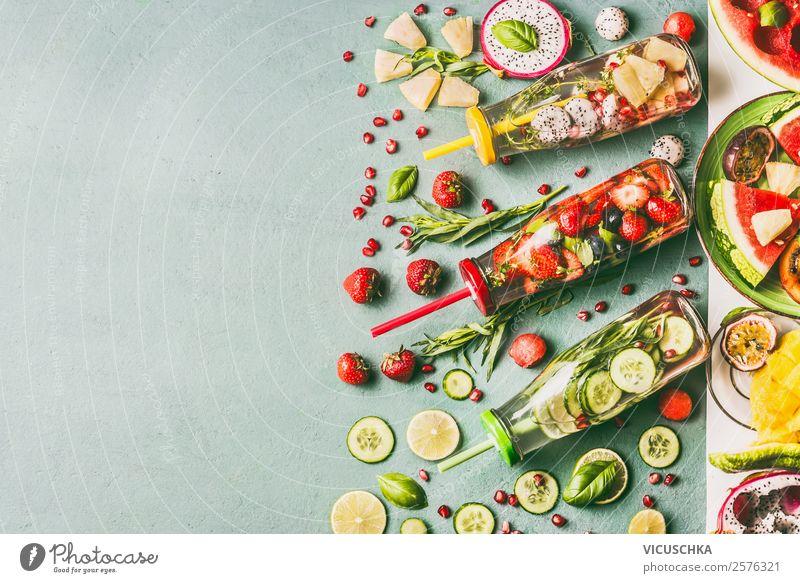 Glas Flaschen mit verschidenen Obst und Kräuter Wasser Lebensmittel Frucht Kräuter & Gewürze Frühstück Bioprodukte Vegetarische Ernährung Diät Getränk