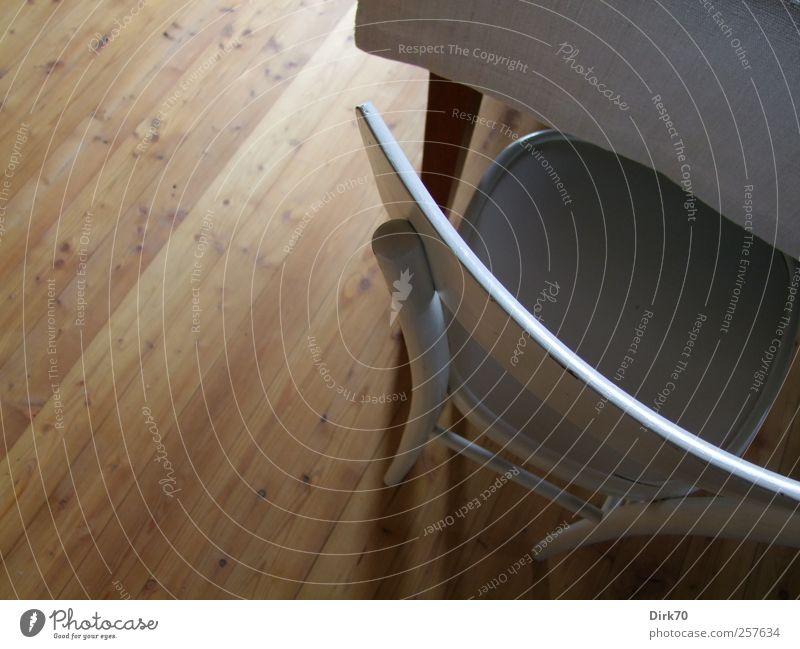 Stuhl, Tisch, Dielenboden Häusliches Leben Wohnung einrichten Innenarchitektur Möbel Esszimmer Esstisch Textilien Stuhllehne Holz sitzen einfach elegant hell
