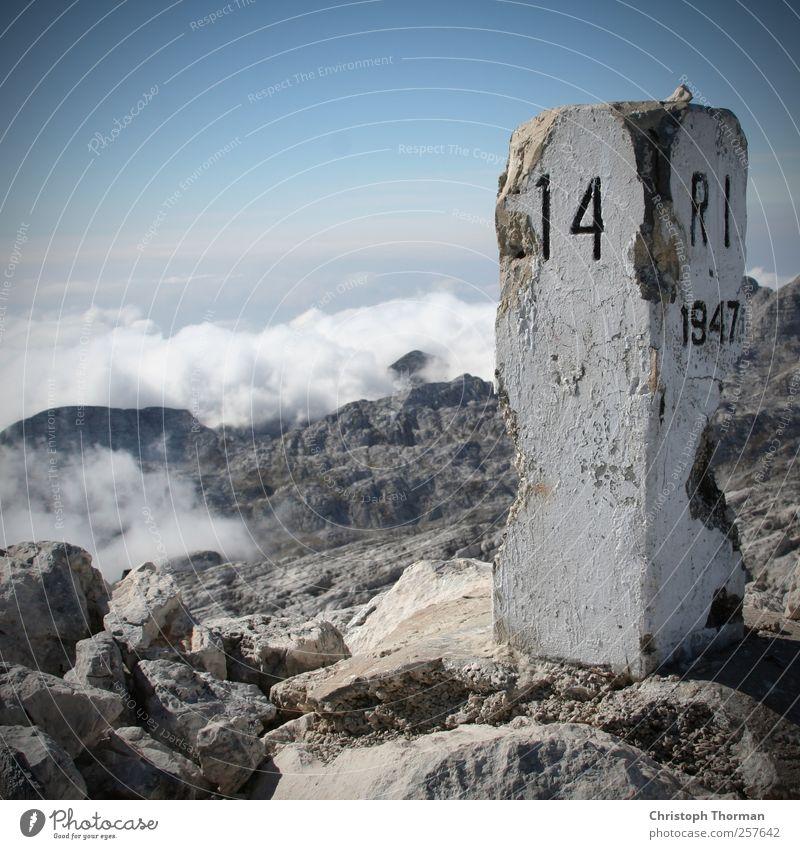 Höhepunkt. Himmel Natur Ferien & Urlaub & Reisen Sommer Erholung Landschaft Wolken Berge u. Gebirge Wege & Pfade Bewegung Stein Felsen Horizont wandern Schilder & Markierungen Erfolg