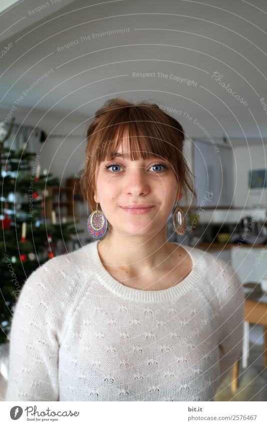 junge Frau steht vor geschmücktem Tannenbaum Häusliches Leben Wohnung Weihnachten & Advent Mensch feminin Junge Frau Jugendliche Erwachsene Glück Fröhlichkeit