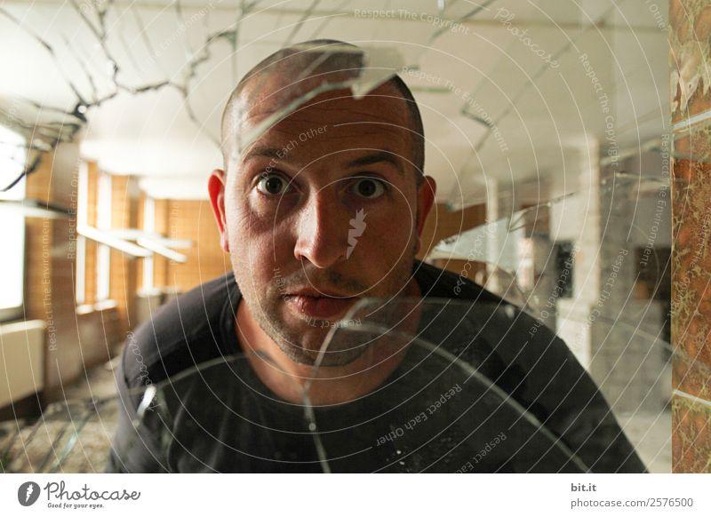 Mann schaut durch alte, zerbrochene Glasscheibe. Schule Handwerker Arbeitsplatz maskulin Junger Mann Jugendliche Erwachsene Misserfolg Missgeschick Neugier