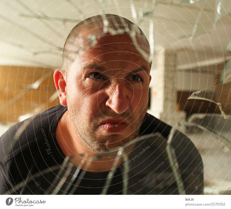 Emotion | von ärgerlich bis wütend mit leichtem Grinsen dabei Mensch maskulin Mann Erwachsene Kopf Aggression bedrohlich kaputt rebellisch Wut Gefühle Stimmung