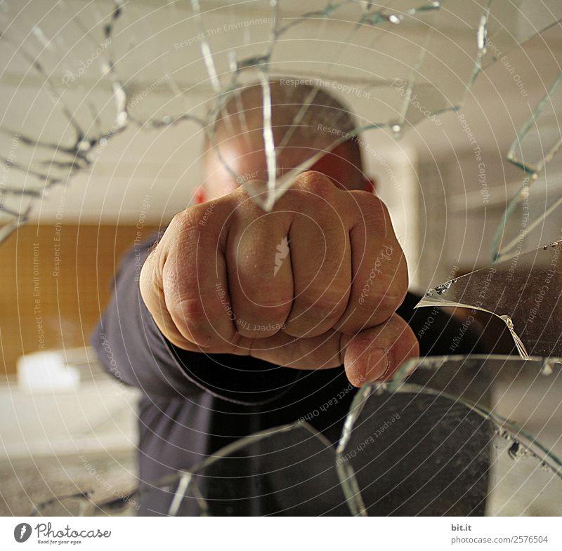 Grenzüberschreitung | Faustregel Mensch Mann Hand Erwachsene Angst maskulin Glas kaputt bedrohlich Wut Gewalt Riss Loch Aggression Zerstörung Frustration