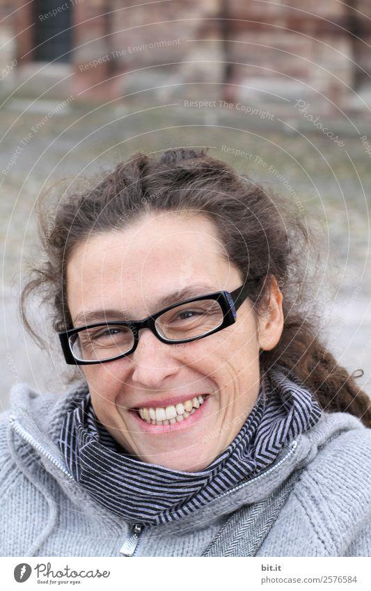 Wer bin ich und wo? Frau Mensch Ferien & Urlaub & Reisen Freude Erwachsene Wand feminin lachen Glück Tourismus Mauer Fassade Zufriedenheit Lächeln Fröhlichkeit