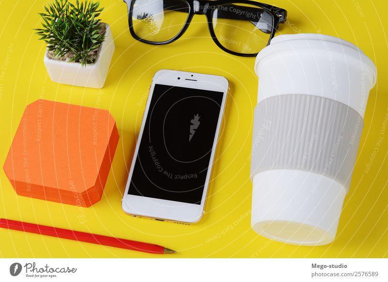 Notizpapier mit Plastikbecher mit Kaffee, Stift, Telefon und Gläsern. Schreibtisch Tisch Schule Arbeit & Erwerbstätigkeit Arbeitsplatz Büro Business Handy PDA
