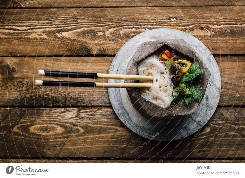 Geometrische Schale aus asiatischer Nudelsuppe mit Essstäbchen Lebensmittel Fleisch Gemüse Suppe Eintopf Mittagessen Abendessen Asiatische Küche Teller