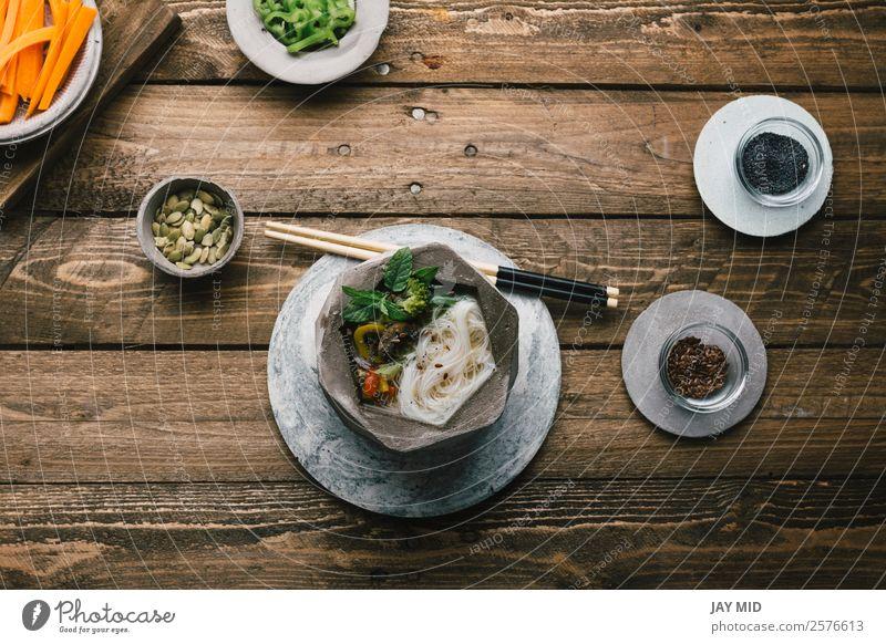 Geometrische Schale aus asiatischer Nudelsuppe mit Essstäbchen Lebensmittel Fleisch Gemüse Suppe Eintopf Ernährung Essen Mittagessen Abendessen Asiatische Küche