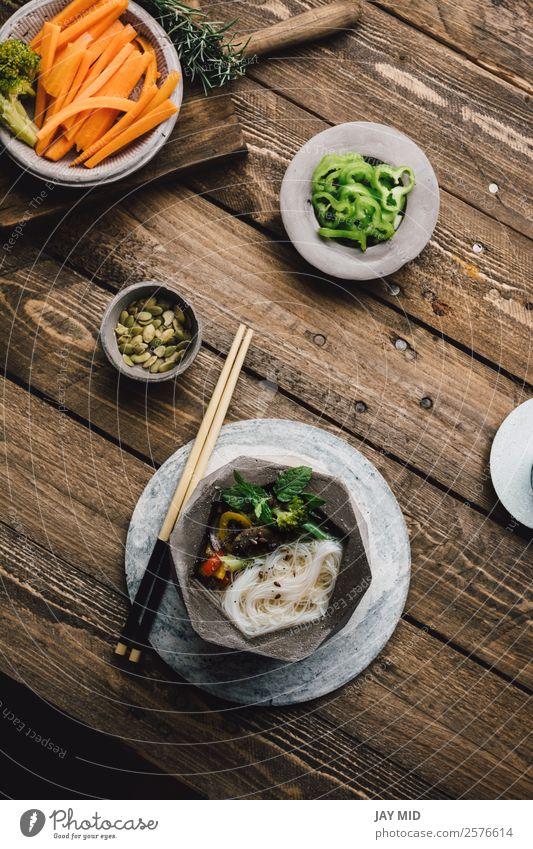 Geometrische Schale aus asiatischer Nudelsuppe mit Essstäbchen Lebensmittel Fleisch Gemüse Suppe Eintopf Mittagessen Abendessen Asiatische Küche