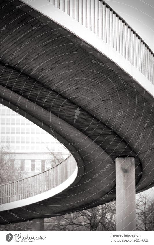 Weg nach oben Stadt Brücke Treppe Verkehrswege Hochstraße Kraft Brückenpfeiler Bürgersteig Düsseldorf Schwarzweißfoto Außenaufnahme