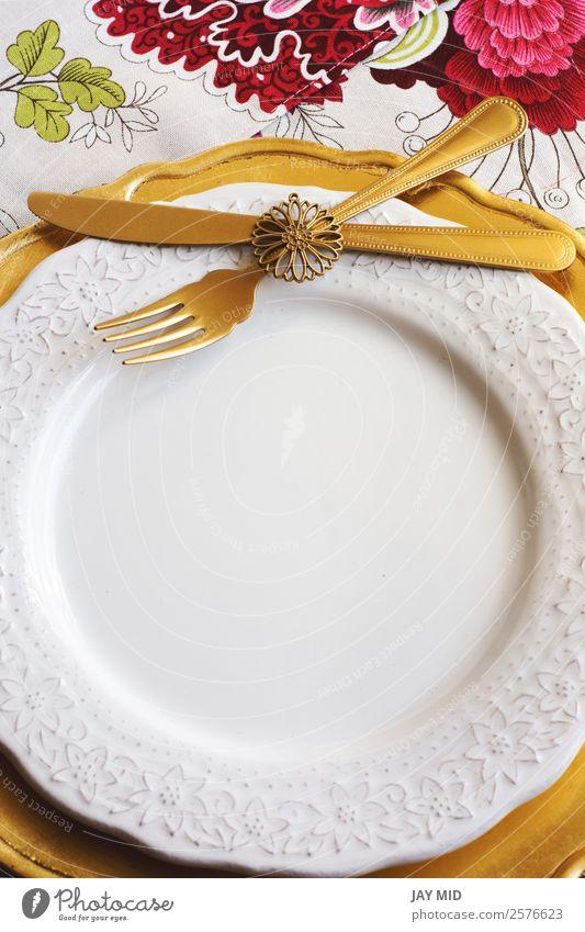 Thanksgiving Platz auf der Tischdecke mit Blumen und Goldteller Abendessen Teller Besteck Gabel Löffel elegant Dekoration & Verzierung Feste & Feiern
