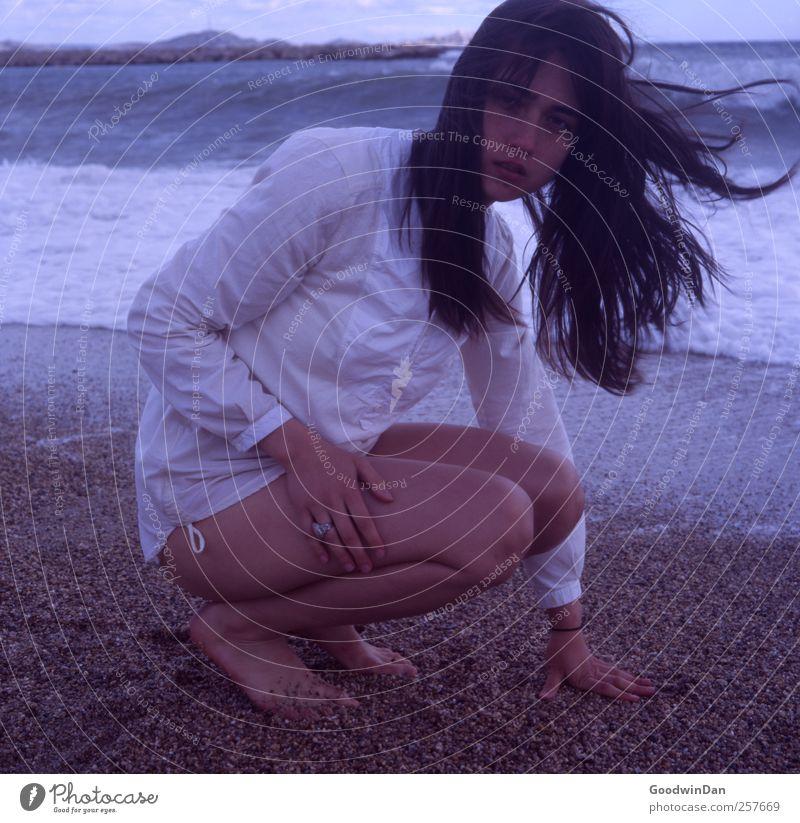 Bleib so. Frau Mensch Natur Jugendliche schön Meer Strand Erwachsene Herbst feminin kalt Umwelt Stimmung elegant warten authentisch