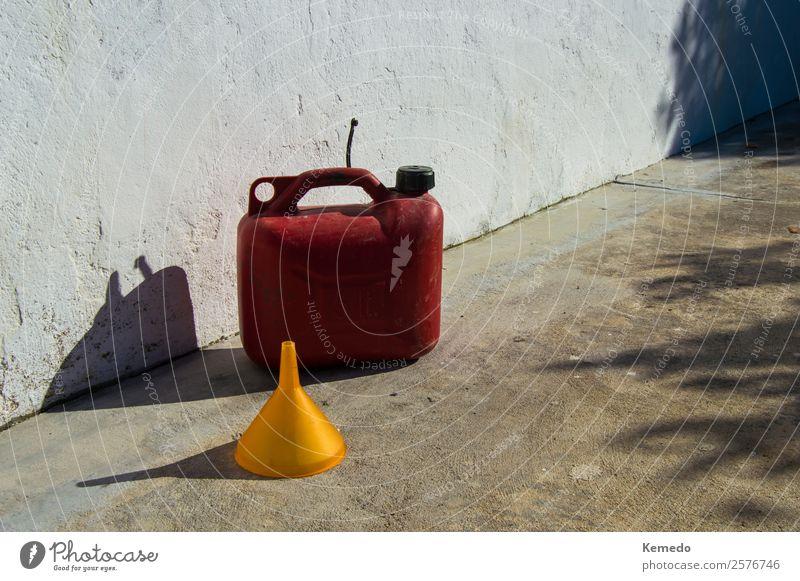 Roter Benzinkanister von fünf Litern und ein gelber Trichter. Lifestyle Basteln Camping Sommer Sonne Berge u. Gebirge Häusliches Leben Haus Garten