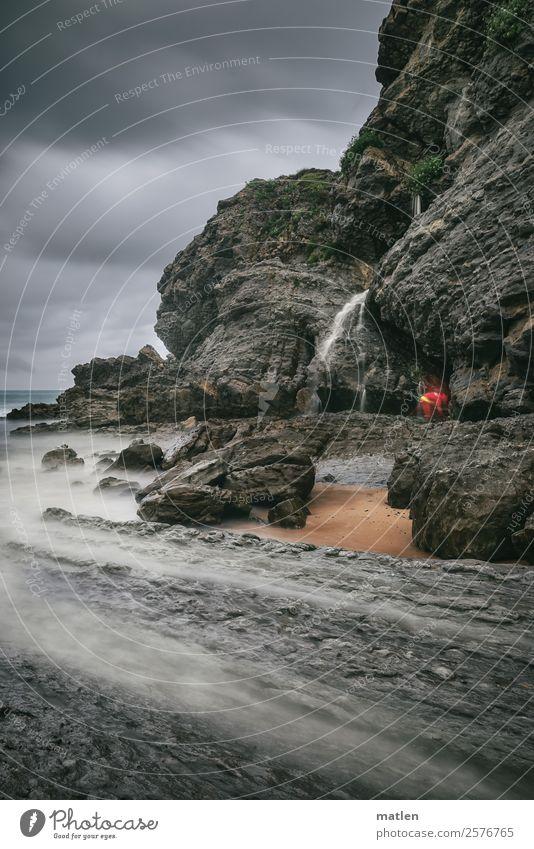 die Quelle am Strand Umwelt Natur Landschaft Wasser Himmel Gewitterwolken Horizont Sommer schlechtes Wetter Wind Felsen Wellen Küste Bucht Meer Wasserfall