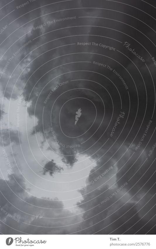 Wetter Umwelt Natur Urelemente Luft Himmel nur Himmel Wolken Gewitterwolken Frühling Traurigkeit Schwarzweißfoto Außenaufnahme Menschenleer Tag Blick nach oben