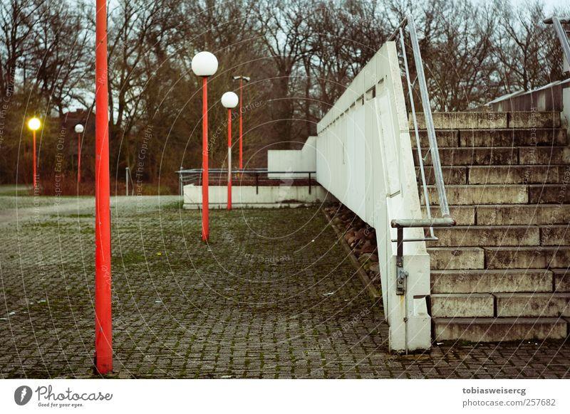 Schulzeit Moos Menschenleer Schulgebäude Mauer Wand Treppe dreckig rot weiß kalt Laternenpfahl Farbfoto Außenaufnahme Abend