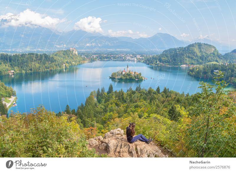 Frau beim Fotografieren des erstaunlichen Bleder Sees, Slowenien schön Ferien & Urlaub & Reisen Tourismus Insel Berge u. Gebirge Erwachsene Natur Landschaft