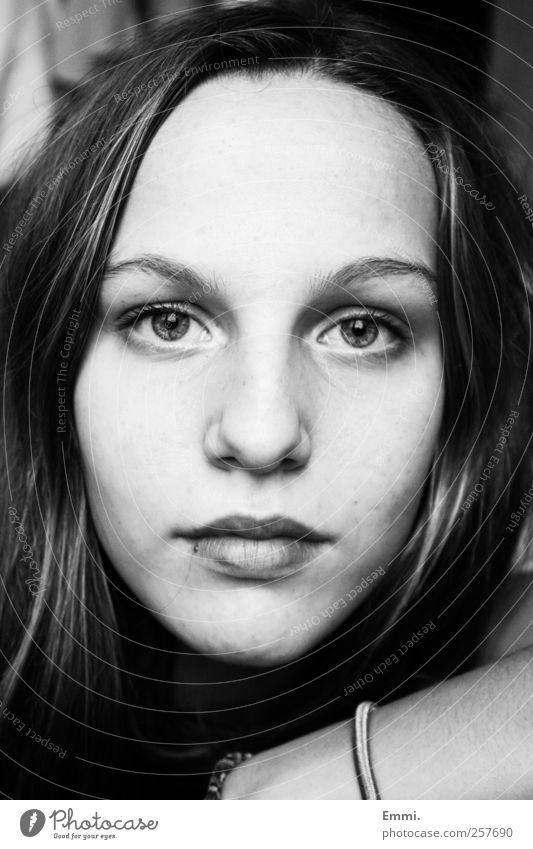 klar feminin Junge Frau Jugendliche 1 Mensch ästhetisch schön nah Gefühle Zufriedenheit selbstbewußt authentisch Reinheit Schwarzweißfoto Innenaufnahme