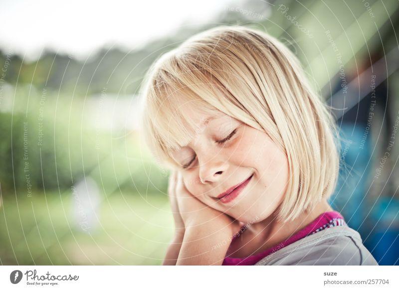 Schlaf, Kindlein, schlaf ... Mensch Mädchen Gesicht Haare & Frisuren Kopf lustig blond Kindheit natürlich schlafen niedlich Lächeln gestikulieren 3-8 Jahre