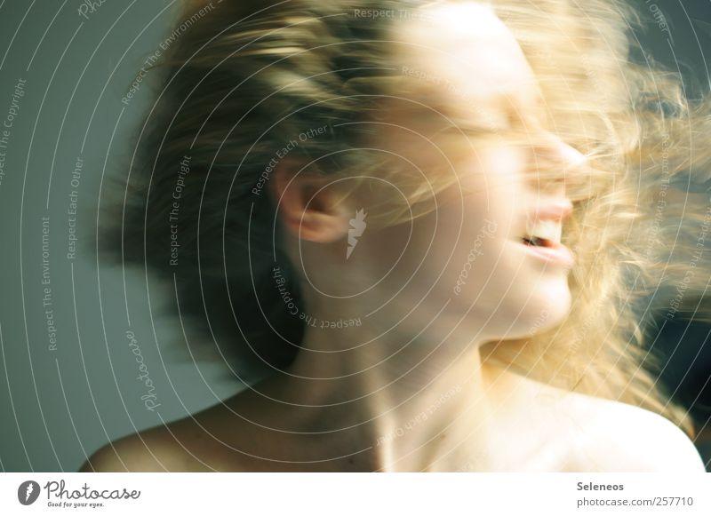 Fönfrisur Mensch feminin Junge Frau Jugendliche Erwachsene Körper Haut Kopf Haare & Frisuren Gesicht Ohr Mund 1 blond langhaarig Locken Bewegung Farbfoto