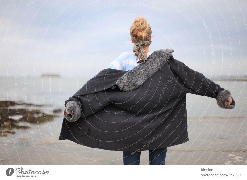 Jacke im Winterwind Mensch feminin Junge Frau Jugendliche Leben Körper 1 18-30 Jahre Erwachsene Medien Natur Landschaft Luft Wasser Herbst bevölkert Mode