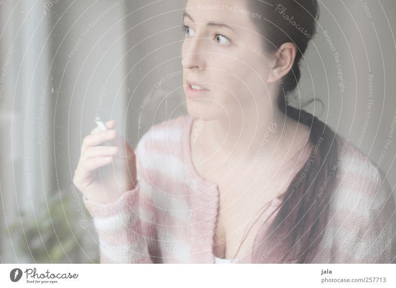 slightly on edge Frau Mensch schön Erwachsene feminin Fenster Gefühle Wohnung Häusliches Leben Rauchen Nervosität 30-45 Jahre Hemmung