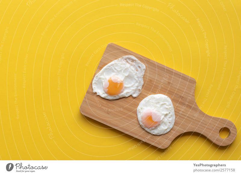 Frittierte Eier auf einem Schneidebrett Lebensmittel Ernährung Frühstück Mittagessen Diät Teller frisch Gesundheit hell lecker süß Wärme gelb obere Ansicht