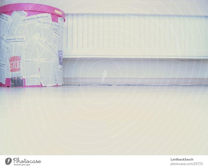 ganz in weiss - oder jedenfalls fast weiß Wand rosa Häusliches Leben Heizkörper Streichholz Papierkorb