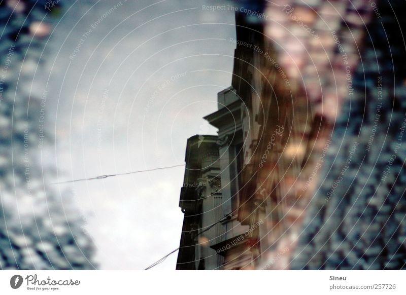 sanierter Altbau Stadt Menschenleer Haus Fassade alt groß historisch Sicherheit Schutz nachhaltig Putzfassade Stuck Wohnung Kopfsteinpflaster Pfütze Häuserzeile