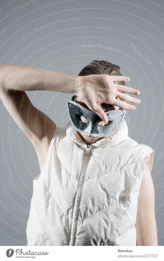 Brett. Mensch Hand feminin hell Maske geheimnisvoll Junge Frau verstecken anonym Scham gestikulieren verdeckt Weste Defensive abwehrend gesichtslos