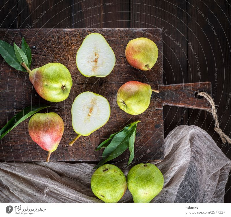frische, reife, grüne Birnen Frucht Vegetarische Ernährung Diät Tisch Blatt Holz Essen lecker natürlich saftig gelb rustikal Aussicht Top organisch Lebensmittel