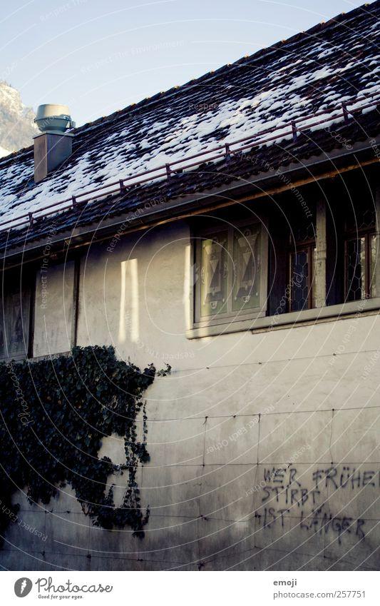 Wer früher stribt ist länger Haus dunkel Fenster Wand Graffiti grau Gebäude Mauer Fassade bedrohlich Dach Redewendung