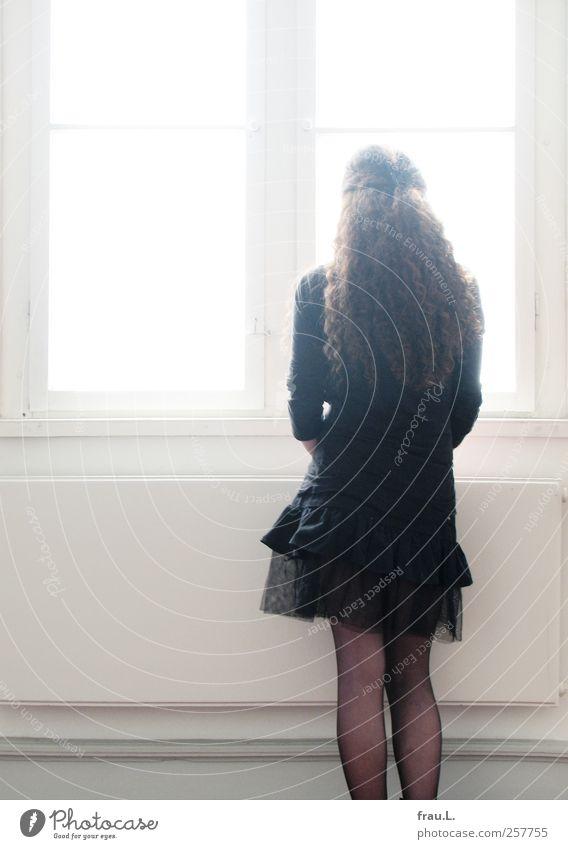 Gegenlicht Mensch Jugendliche schön schwarz Fenster feminin stehen Junge Frau einzigartig dünn Sehnsucht 13-18 Jahre Rock Locken Licht