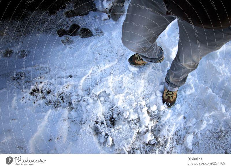 schneespur Mensch Natur blau weiß Winter kalt Schnee grau Eis Schuhe gehen wandern Abenteuer stehen Frost Jeanshose