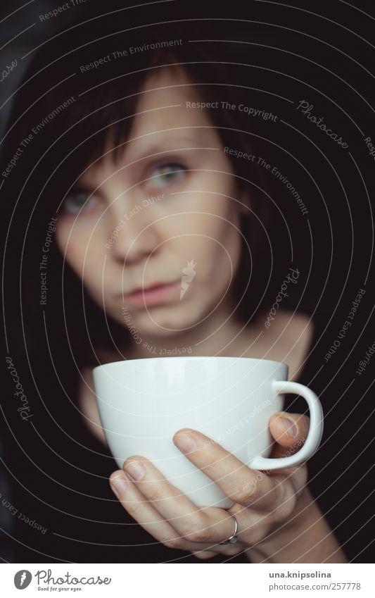 abwarten. tee trinken. Mensch Frau Jugendliche weiß schwarz ruhig Erwachsene Erholung feminin Wärme träumen warten Getränk Häusliches Leben 18-30 Jahre Kaffee