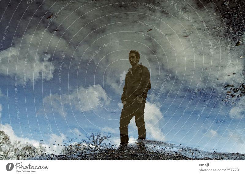 Seele maskulin Junger Mann Jugendliche 1 Mensch 18-30 Jahre Erwachsene Wasser Himmel Wolken blau Pfütze Farbfoto Außenaufnahme Tag Reflexion & Spiegelung