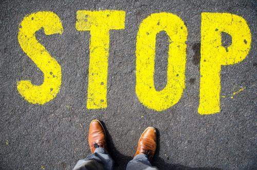 stop sign on the ground in front of feets Ferien & Urlaub & Reisen gelb Business Schriftzeichen Schilder & Markierungen stehen warten Hinweisschild Zeichen