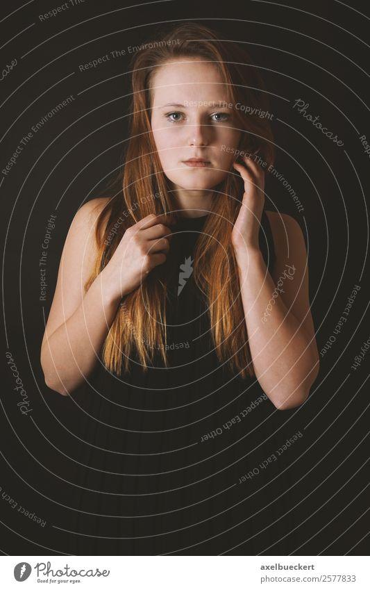 mysteriöse junge Dame im schwarzen Kleid auf schwarzem Hintergrund elegant Stil schön Mensch feminin Junge Frau Jugendliche Erwachsene 1 18-30 Jahre Mode blond