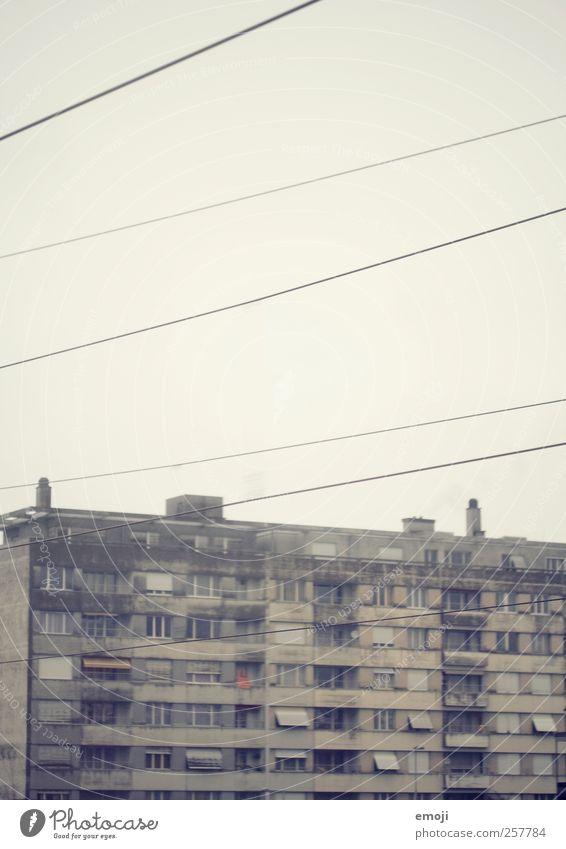 [be tõ] Stadtrand Gebäude Mauer Wand Fassade Balkon Fenster alt dreckig grau Wohnung trist Armut Urbanisierung Beton Betonwand Betonklotz Farbfoto