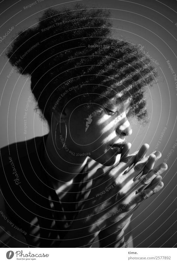 Lilian feminin Frau Erwachsene 1 Mensch Haare & Frisuren schwarzhaarig langhaarig Locken Afro-Look Dutt Denken festhalten träumen warten schön Zufriedenheit