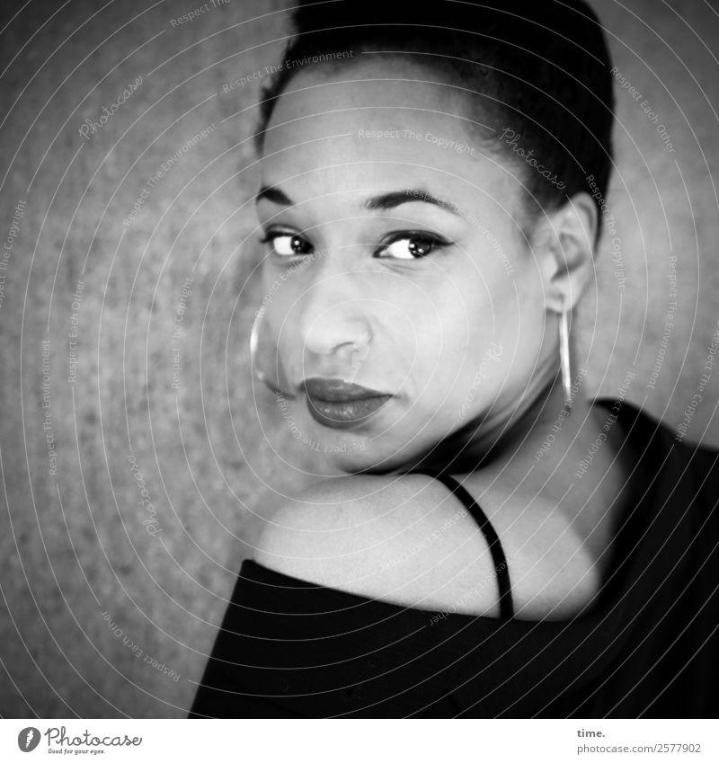 Lilian feminin Frau Erwachsene 1 Mensch Jacke Stoff Ohrringe schwarzhaarig kurzhaarig beobachten Blick schön Neugier selbstbewußt Sicherheit Wachsamkeit Leben